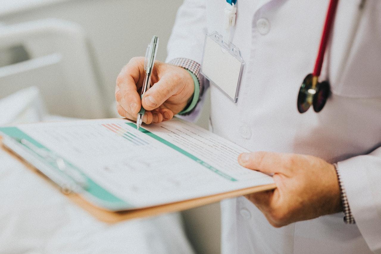 Læge med et afkrydsningsskema. Tager udgangspunkt i hvorvidt CBD olie er lovligt eller ej